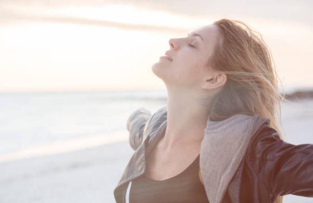 femme-joie-bonheur-5-conseils-mieux-gerer-emotions-quotidien